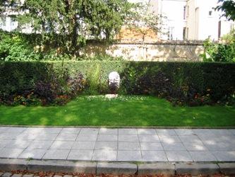 le pre lachaise fut le premier cimetire disposer dun jardin du souvenir vaste pelouse contre le mur de la rue des rondeaux que laquelle on peut - Jardin Du Souvenir